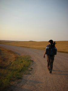 Hombre caminando mochila en la espalda