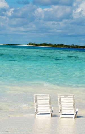 dos sillas en el mar