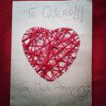 Carpeta, postal con mensaje de amor manualidad romántica corazón de hilos