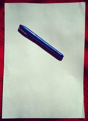 Folio en blanco con bolígrafo
