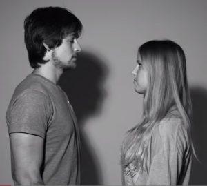 Chico y chica mirándose a los ojos