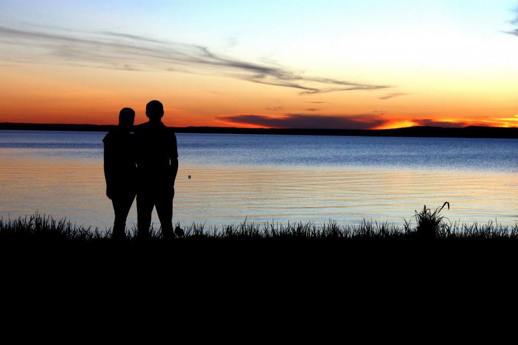 pareja y puesta de sol