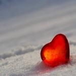 Fondo de pantalla de amor: corazón sobre nieve