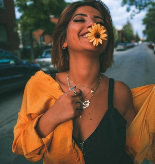 mujer feliz flor