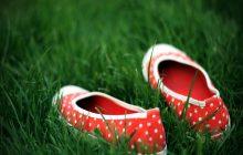 fondo de pantalla de amor: zapatos sobre la hierba